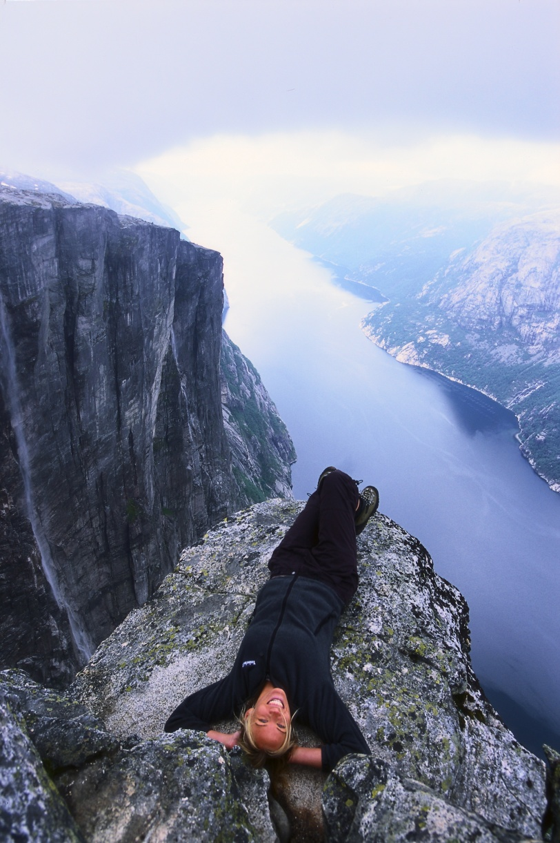 Jente-pa-Kjerag Photo: Terje Rakke/Nordic Life AS/Fjord Norge